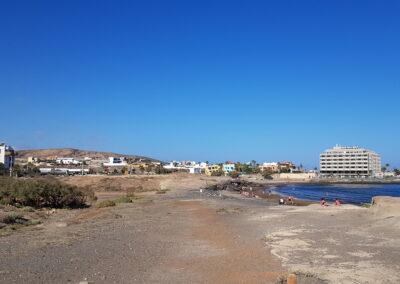 pláž s hotelem