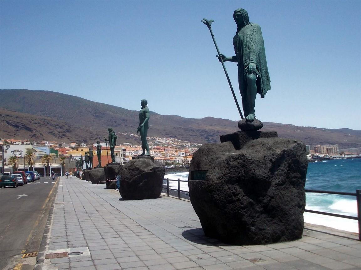 Pobřeží se sochami