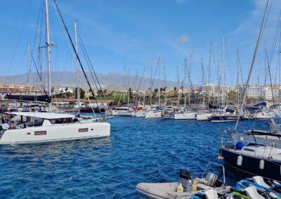 marina s loděmi