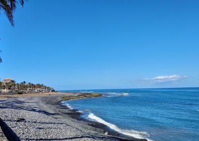 oblázková pláž v Las Americas