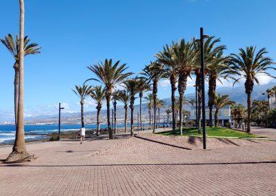 promenáda u pláže v Las Americas