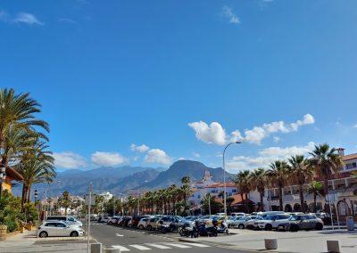 ulice s parkovištěm v Las Americas