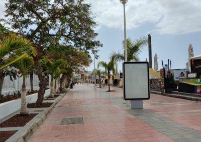 prázdná promenáda u pláže Costa Adeje