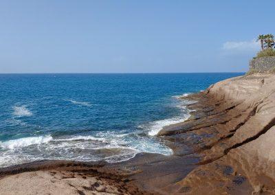 skalnaté mořské pobřeží Adeje