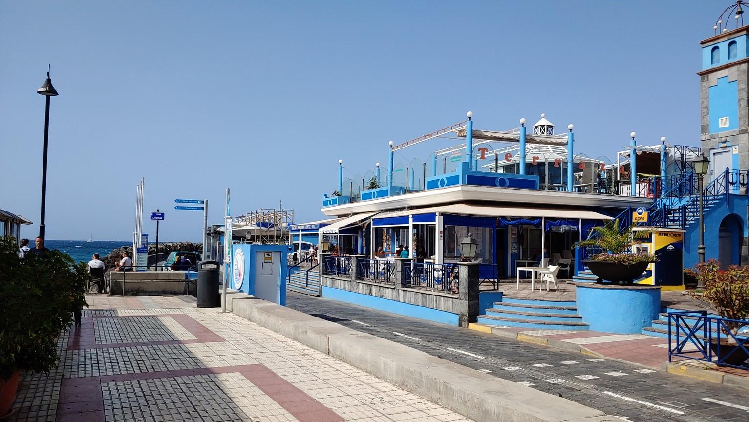 modrá restaurace u přístavu