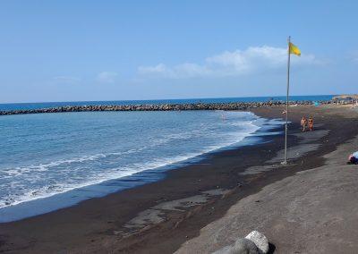 pláž s tmavým pískem