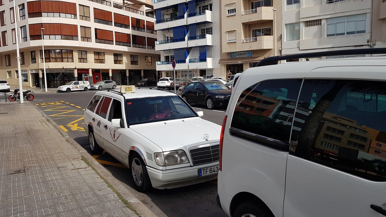 bílé taxi