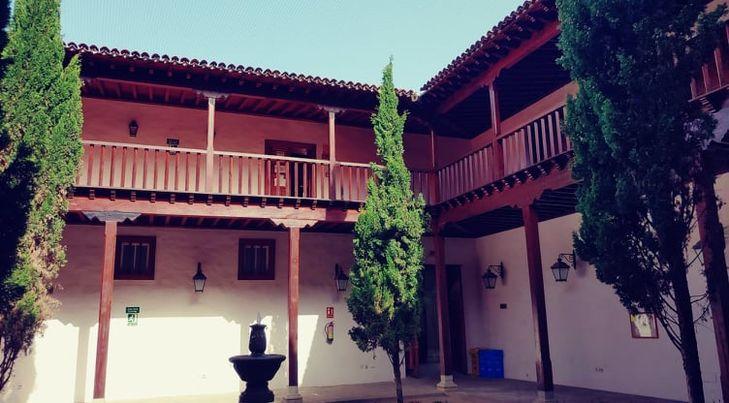 dvorek se dřevěnými balkóny v Granadille