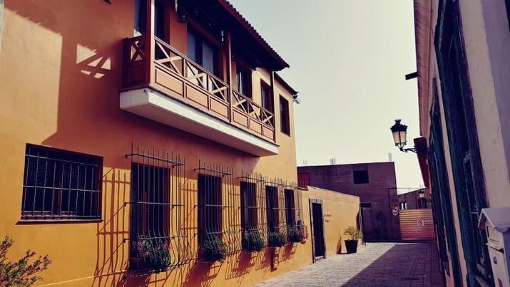 dům s dřevěným balkónem