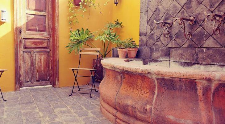 malebný dvorek s fontánou